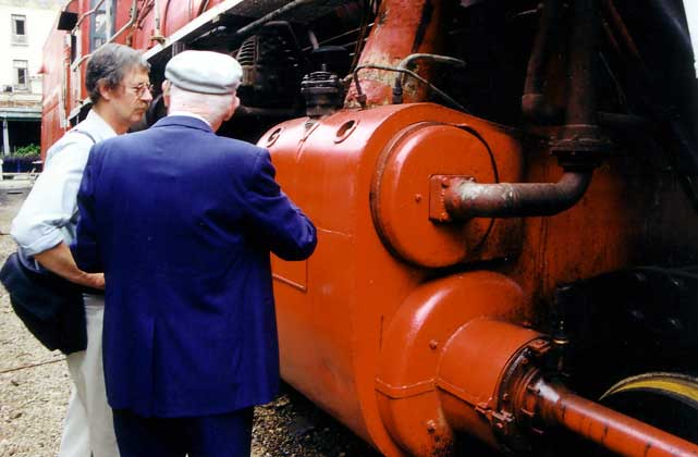 David Wardale (left) listens to Ing. Porta explaining some of the loco's features. Note the substantial cylinders are well insulated, the size of the piston tail rod gland and that exhaust steam for the feedwater heater is taken directly from the valve end. 1999. Shaun McMahon