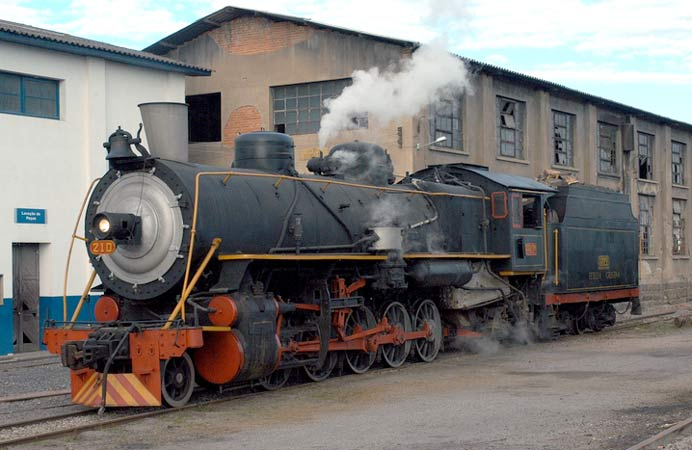 A general view of the former Argentine 2-10-2 in the yard at Tubarão. © Heinz Bühler